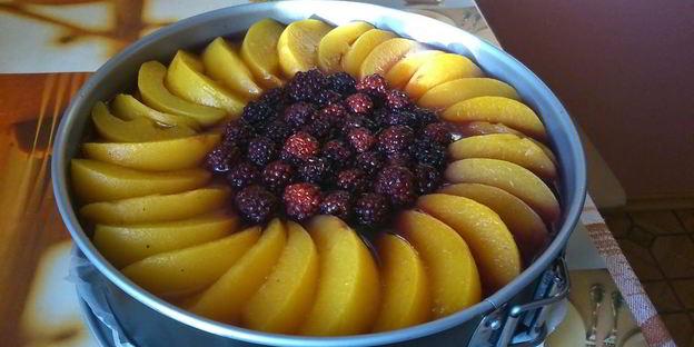 чизкейк украшенный фруктами